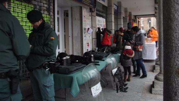 La Guardia Civil de Arévalo muestra sus equipos para solidarizarse con los Niños con Cáncer
