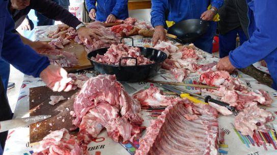 Junta sanciona con 3.600 euros a una asociación de Ávila por no respetar la norma en una matanza tradicional del cerdo