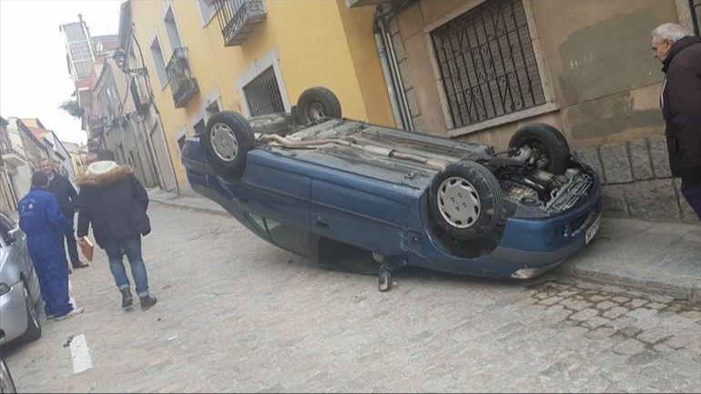 La Policía Local de Ávila busca a un conductor que se ha dado a la fugar tras dejar su coche volcado