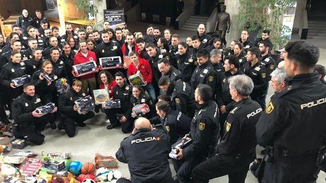 Cruz Roja de Ávila recibe de la Escuela Nacional de Policía un total de 800 juguetes para su campaña navideña