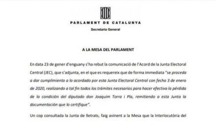 El secretario general del Parlament ordena retirar a Torra su acta de diputado