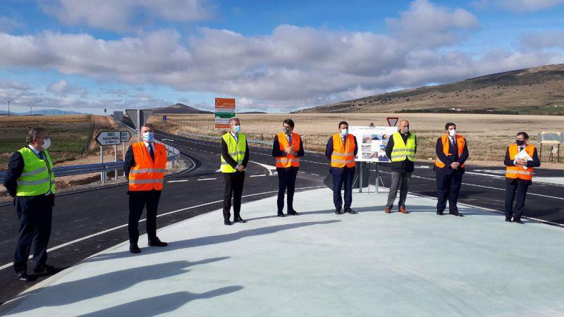 Suárez-Quiñones destaca el esfuerzo de la Junta para mejorar la carretera AV-500