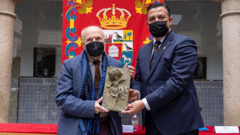Antonio López recibe la Rosa del premio 'Florencio Galindo'
