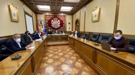 Alberto Encinar (d), durante un Pleno Provincial.