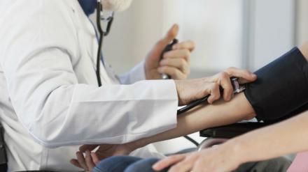 Sáez insiste en que no se reducirán plantillas de médicos de familia en zonas rurales